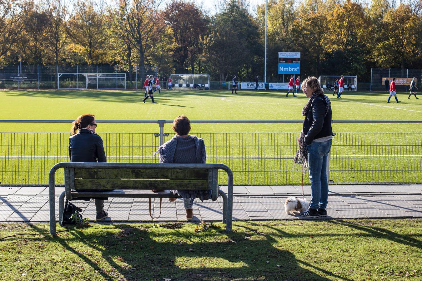 Ouders langs de lijn tijdens trainingen. Bij OJC Rosmalen mag het niet meer.