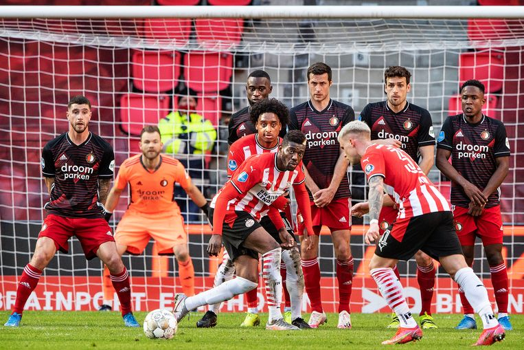 Philipp Max legt aan met links voor een vrije trap, Ibrahim Sangare en Pablo Rosario staan voor de muur van Feyenoord. Beeld Guus Dubbelman / de Volkskrant