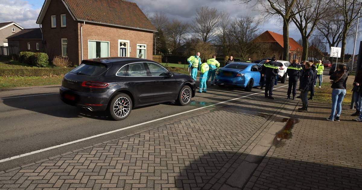 Slachtoffer naar ziekenhuis na botsing met vier autos in Boekel.