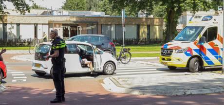 Fietser geschept door automobilist op rotonde in Emmeloord