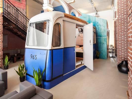 De tramwagon uit de jaren '60 is omgebouwd tot hotelkamertje.