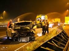 Auto's tikken elkaar aan op A50 en botsen beide tegen vangrail