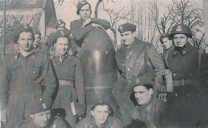 Konstanty Staszkiewicz (uiterst rechts) met zijn kameraden ten tijde van de Tweede Wereldoorlog.