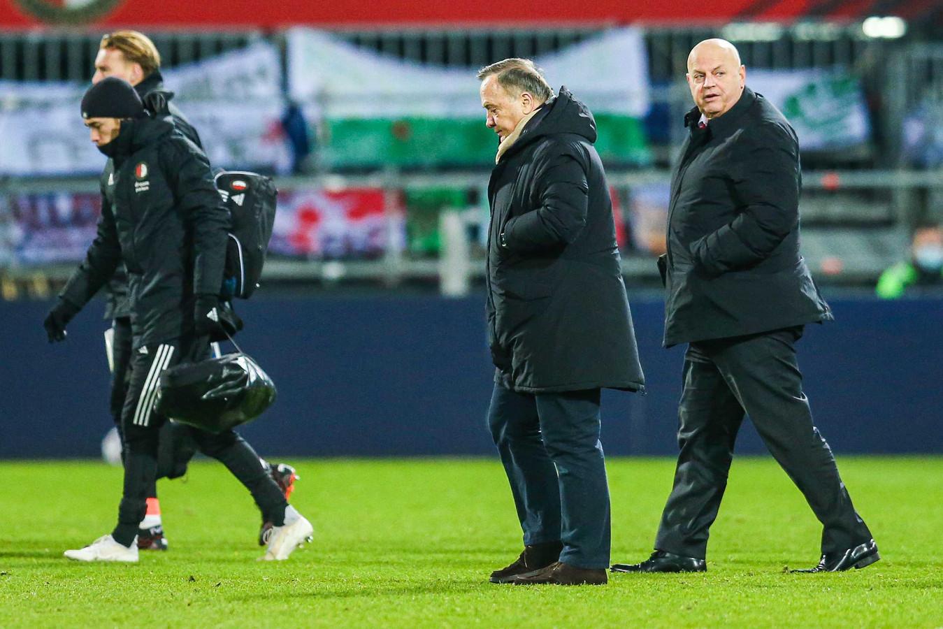 Dick Advocaat druipt af na de 2-3 nederlaag tegen AZ.Het betekende zijn eerste thuisnederlaag in de Eredivisie als coach van Feyenoord.