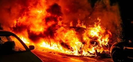 Twee auto's in Velp gaan in vlammen op, vuur slaat over naar naastgelegen tuin