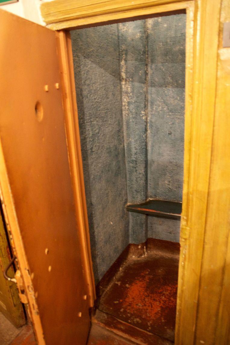 Cel van nog niet 1 vierkante meter waar arrestanten in de Stalin-tijd de eerste uren na aankomst werden opgesloten in het KGB-complex in Vilnius, Litouwen. In de eerste jaren van de Sovjet-bezetting hadden de cellen nog geen bankje en moest de arrestant dus staand de loop der dingen afwachten. Beeld null