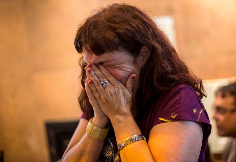 Een aanhanger van Fernando Haddad barst in tranen uit na het horen van de uitslag. Beeld AFP