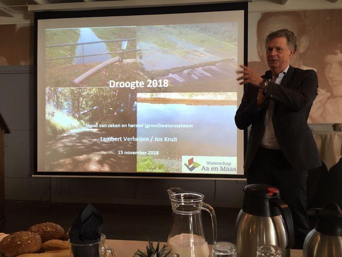 Dijkgraaf Lambert Verheijen houdt een presentatie over de volgens hem buitengewone maatregelen om het grondwater op te krikken.