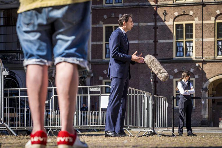 Wopke Hoekstra staat de pers te woord. Beeld EPA