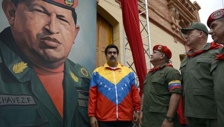 Vicepresident Nicolás Maduro naast een portret van Chavez. Beeld afp