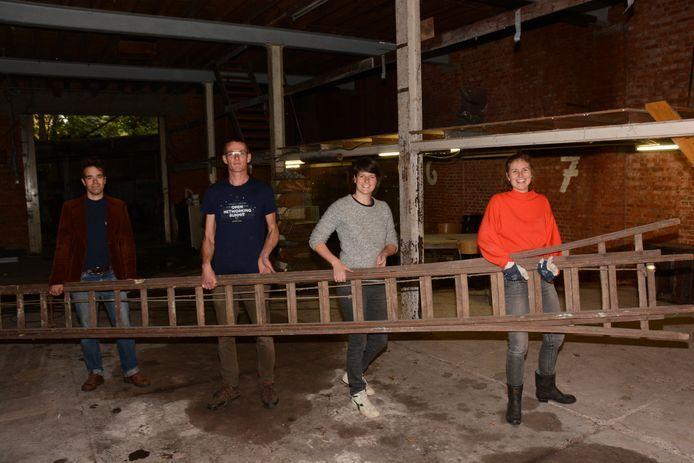 Pieter, Kevin, Liese en Katrien zijn intussen al aan de slag gegaan om het magazijn nieuw leven in te blazen.