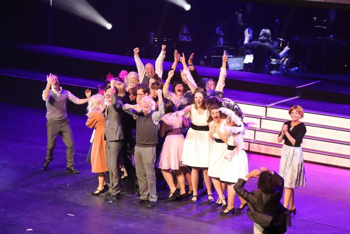 Vreugde bij VOS na het winnen van de amateur musical award met Petticoat