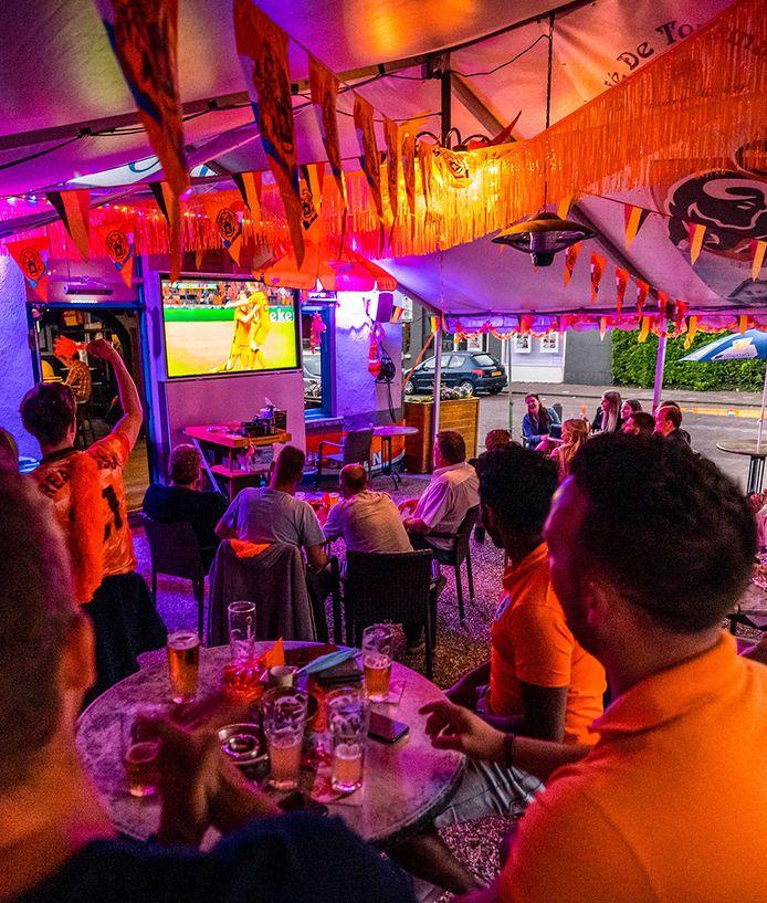 Voetbalsupporters volgen op een scherm de EK-wedstrijd tussen Nederland en Oekraïne in een café in België. Dat kan zondag ook weer in eigen land.
