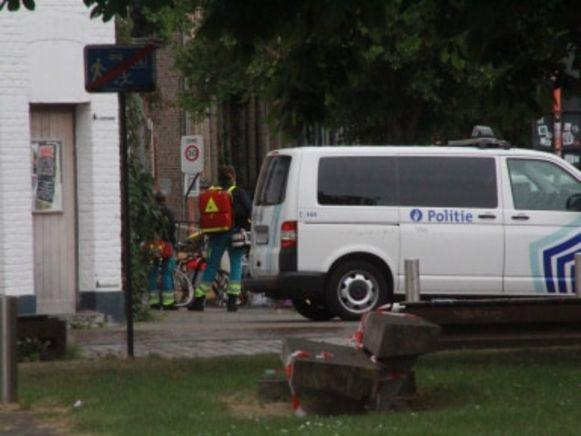 Ook de medische diensten hielden zich standby in de omgeving van het Volksplein hermetisch, nadat in de Sint-Rochuslaan een man zich had verschanst in een woning.
