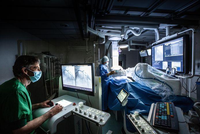 In ZNA Middelheim wordt een stent geplaatst met een robot, een primeur in de Benelux. Cardioloog Stefan Verheye.