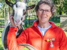 Al 35 jaar vrijwilliger bij de Dierenweide in Harderwijk: Adriënne krijgt lintje voor haar 'uitzonderlijke' inzet