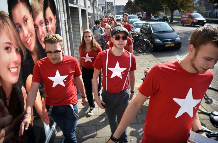 SP-jongeren flyeren in 2017 in Den Haag. Beeld Marcel van den Bergh / de Volkskrant