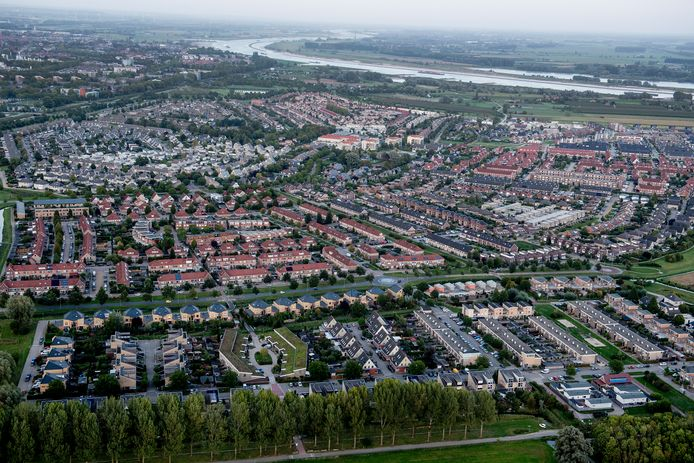 Nieuwbouwwijk Passewaaij vanuit de lucht gezien, bovenin slingert de Waal door het landschap. Buurt 7 in Passewaaij had de eerste gasloze wijk van Tiel moeten worden, maar bewoners die zijn aangesloten op de warmte-koude-opslag hebben vanaf dag één problemen.