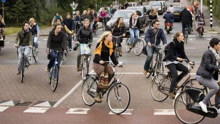 Fietsspitsuur bij de Uithof in Utrecht. Een paar duizend mensen fietsen elke werkdag vanuit de stad naar het universiteitscentrum. Beeld Rob Huibers