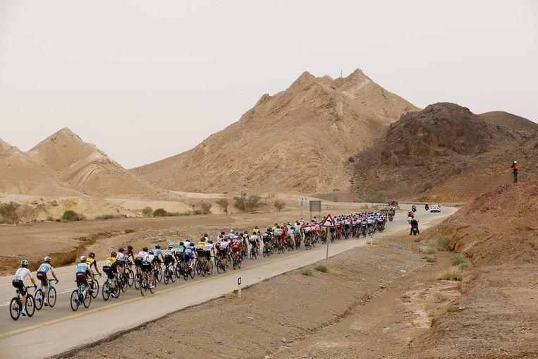 Peloton in actie in de Negev woestijn tijdens de derde etappe van de Ronde van Italie tussen Be'er Sheva en Eilat over een afstand van 229 kilometer. Beeld ANP