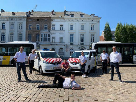 Ahmedi-Muhtar, Christophe, Dave, Kevin E. Kevin W., Arvo en Nico poseren voor de punt van het hartje, dat de bussen van De Lijn vormen.