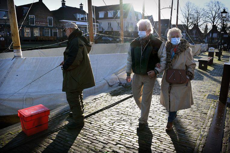 Bunschoten-Spakenburg is de meeste honkvaste gemeente van Nederland. Hier blijven inwoners het vaakst in hun geboortedorp wonen. 'Als je de deur uitgaat, kom je elke twee stappen een bekende tegen.' Beeld Marcel van den Bergh / de Volkskrant