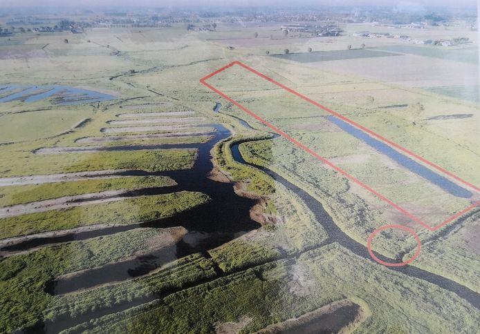 Links zijn de grachten al gegraven, rechts waar je de rode vierhoek ziet beginnen gelijkaardige werken nu