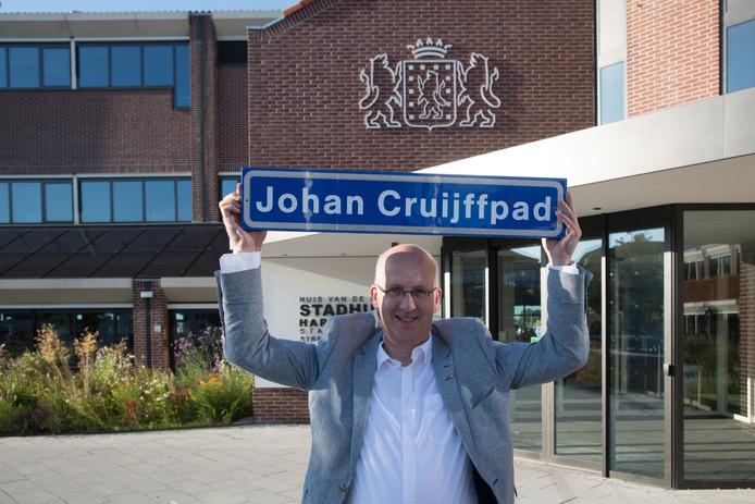 Harderwijker Bert Holleman wil een Johan-Cruijffpad in zijn stad, maar moet nog even nadenken hoe hij dat voorstel moet verwoorden.