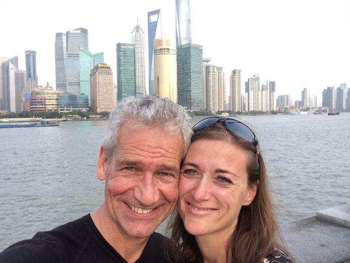 Anika Redhed en haar man in Shanghai waar de 'verkapte verkoopreis' eindigde.