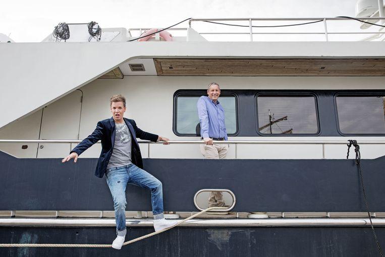James Cooke (l.) en Gert Verhulst meren voor 'Gert Late Night' met hun boot binnenkort aan in Blankenberge. Beeld RV © Copyright SBS Belgium