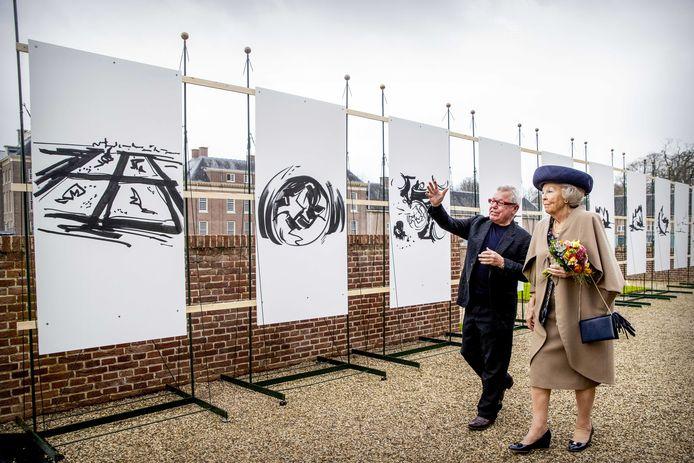 De wereldberoemde kunstenaar Daniel Libeskind leidt prinses Beatrix langs de kunstwerken op zijn tentoonstelling The Garden of Earthly Worries in de tuin van Paleis Het Loo.