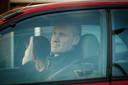 In een rode wagen komt Volkert aanrijden in Harderwijk, met naast hem zijn vrouw.
