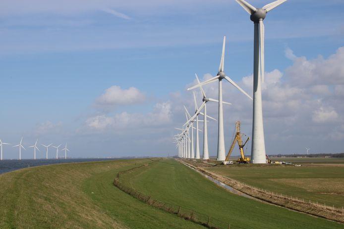 Het Windpark Noordoostpolder op de IJselmeerdijk tussen Urk en Lemmer.