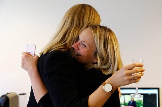 ICAN-medewerkers omhelzen elkaar nadat ze hebben gehoord dat hun organisatie de Nobelprijs heeft gewonnen.