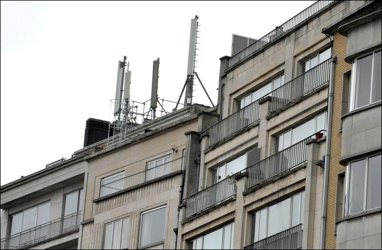 Gsm-antennes op een dak in Brussel. Beeld Photo News