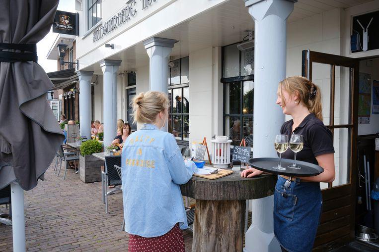 Bij Stadsherberg Het Wapen van IJlst krijgen gasten de vraag of ze zich willen registreren. Beeld Sjaak Verboom