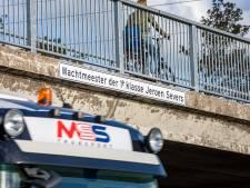 A15-viaduct officieel vernoemd naar gesneuvelde Jeroen Severs: 'Vreemde gewaarwording om naam van je zoon op viaduct te zien'