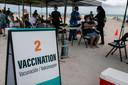 Amerikanen kunnen in Florida een inenting halen bij een pop-up vaccinatiecentrum op het strand. Maar dat geldt niet voor Nederlanders die komende zomer vakantie vieren aan de Costa Brava.