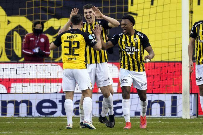 Jacob Rasmussen wordt gefeliciteerd na zijn doelpunt tegen AZ.