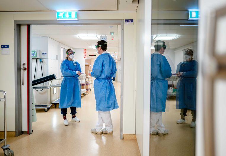 Medewerkers op de speciale Covid-IC afdeling in het Leids Universitair Medisch Centrum (LUMC).  Beeld ANP