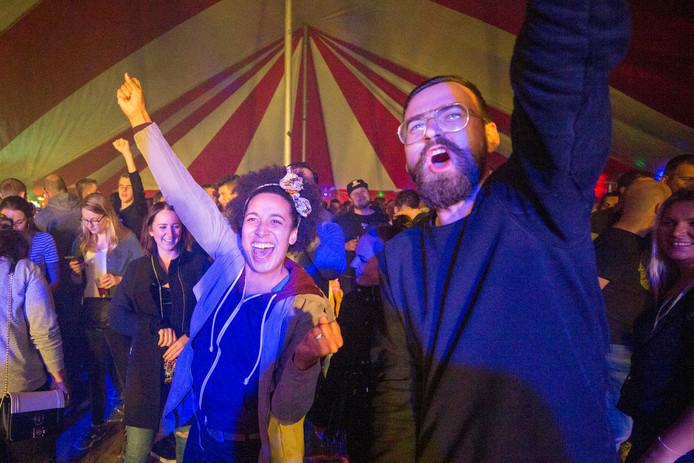 Het publiek vermaakt zich tijdens de tweede editie van Slik! in Heinkenszand.