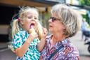 De 3-jarige Tess eet een ijsje dat oma bij de IJswinckel voor haar haalde.
