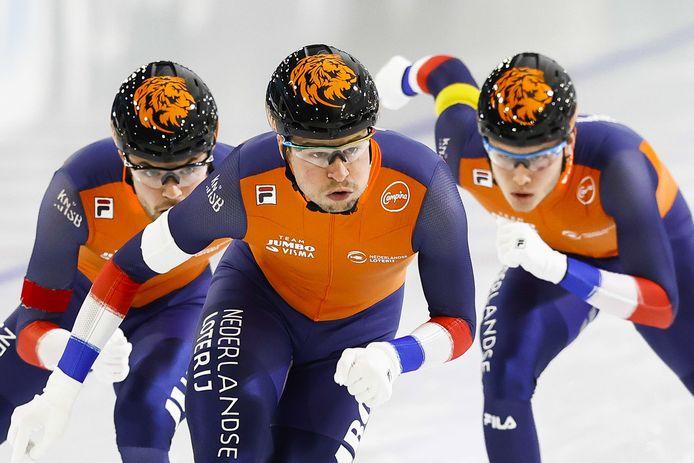 Sven Kramer schaatste eind januari nog de ploegenachtervolging met Chris Huizinga (l) en Marcel Bosker.
