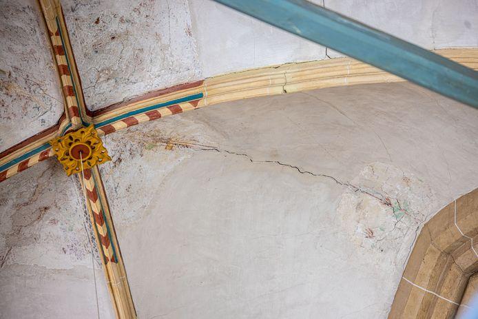 Scheuren in het stucwerk van de Bovenkerk in Kampen. Scheuren in de constructie zijn een groter probleem.