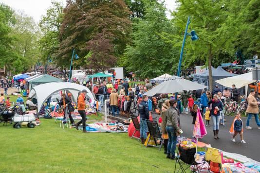 Tentjes en zelf gefabriceerde afdakjes beschermen de verkopers in Breda tegen regen