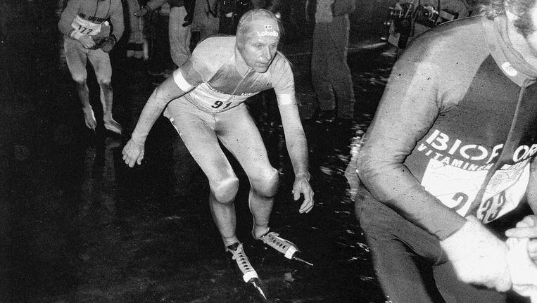 Jan Roelof Kruithof, hier op het ijs van de haven in Leeuwarden, was met zijn 48 jaar in 1985 nog steeds de favoriet. Maar hij won niet Beeld ANP