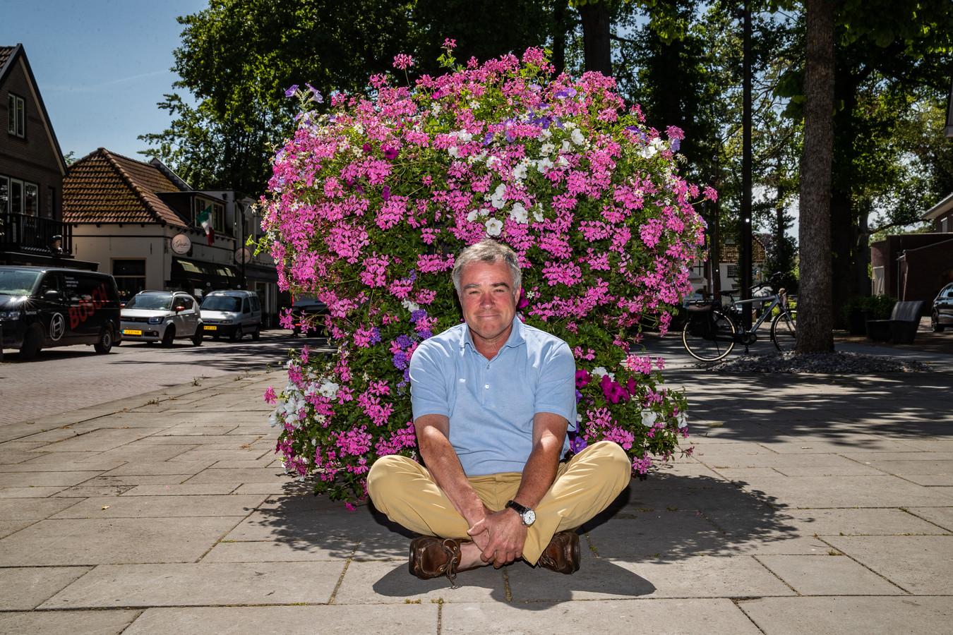Otto van Harmelen voor één van de bloembakken die al jaren in het centrum van Gorssel staan. Als het aan de Dorpsraad Gorssel ligt, komen er door heel Gorssel heen nog veel meer van die bakken.