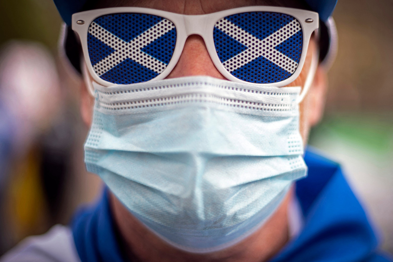De Schotten trekken donderdag in coronatijden naar de stembus. De stembusgang staat er in het teken van de Schotse onafhankelijkheid. Beeld AFP