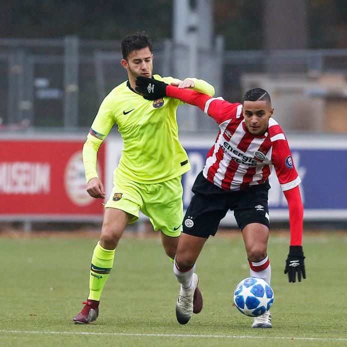 Mohammed Ihattaren bij PSV onder 19 in duel met spits Peque van FC Barcelona.