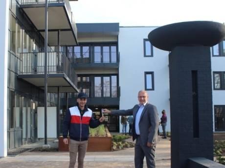 Wethouder De Kruif overhandigt sleutel aan eerste bewoner Wij WitteSteyn: 'Past volledig in het plaatje'